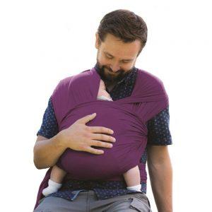 hombre con un bebé en un fular portabebé