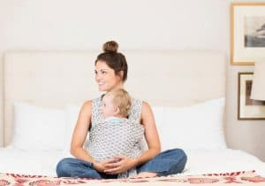 chica con un bebé en un fular portabebé
