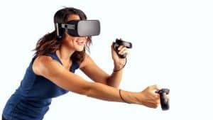 mujer jugando con unas gafas de realidad virtual