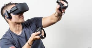 hombre jugando con unas gafas de realidad virtual