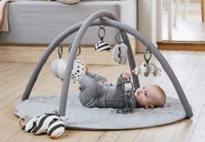 niño en un gimnasio para bebé moderno