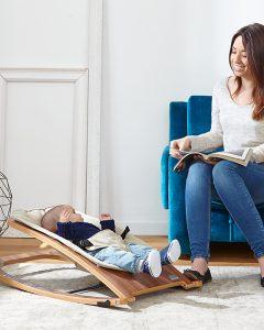 bebé en un balancín para bebé