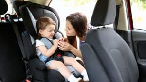 poner a un niño en un silla de coche para bebé