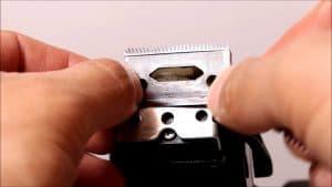 poner cuchilla de una máquina de cortar el pelo