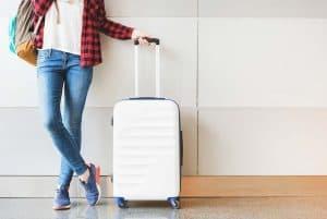 mujer con equipaje de cabina