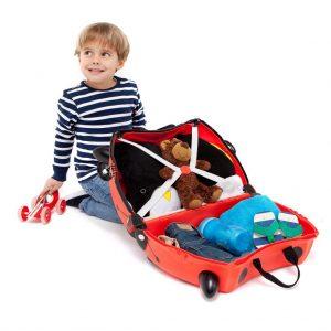 niño con maleta infantil