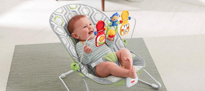 bebé en un balancín