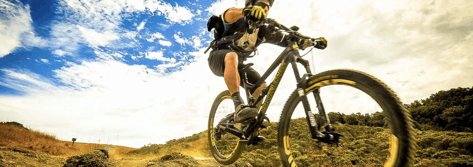 persona en una bicicleta todoterreno