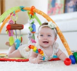 niña en un gimnasio para bebé