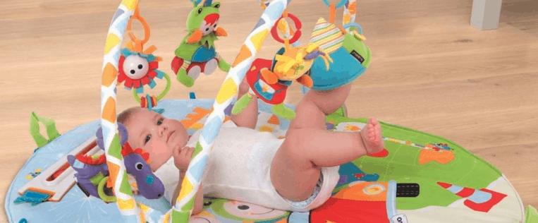 niño jugando en un gimnasio para bebé