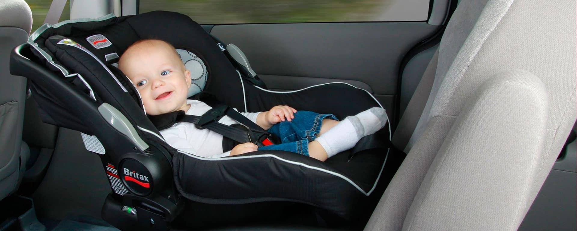 bebé en una silla de coche para bebé