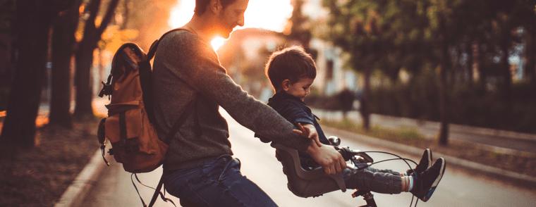niño montado en silla para bebé para bicicleta