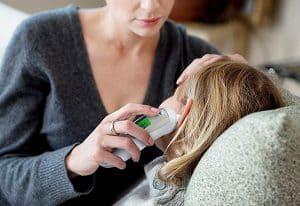 madre usando un termómetro de oído