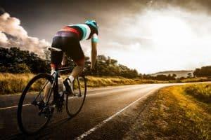 ciclista en bici con zapatillas de ciclismo