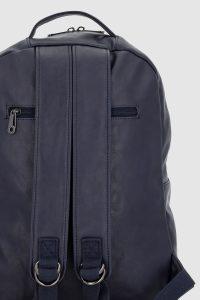 parte trasera de una mochila azul