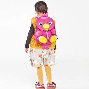 niña con mochila infantil rosa