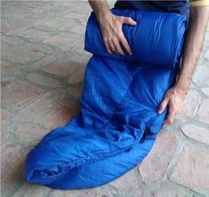 enrollar un saco de dormir