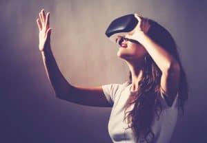 mujer usando unas gafas de realidad virtual