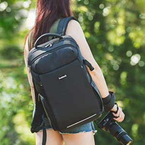 mujer con mochila para cámara negra
