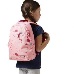 niña con mochila rosa