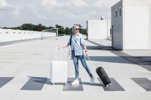 chica con maletas con candado
