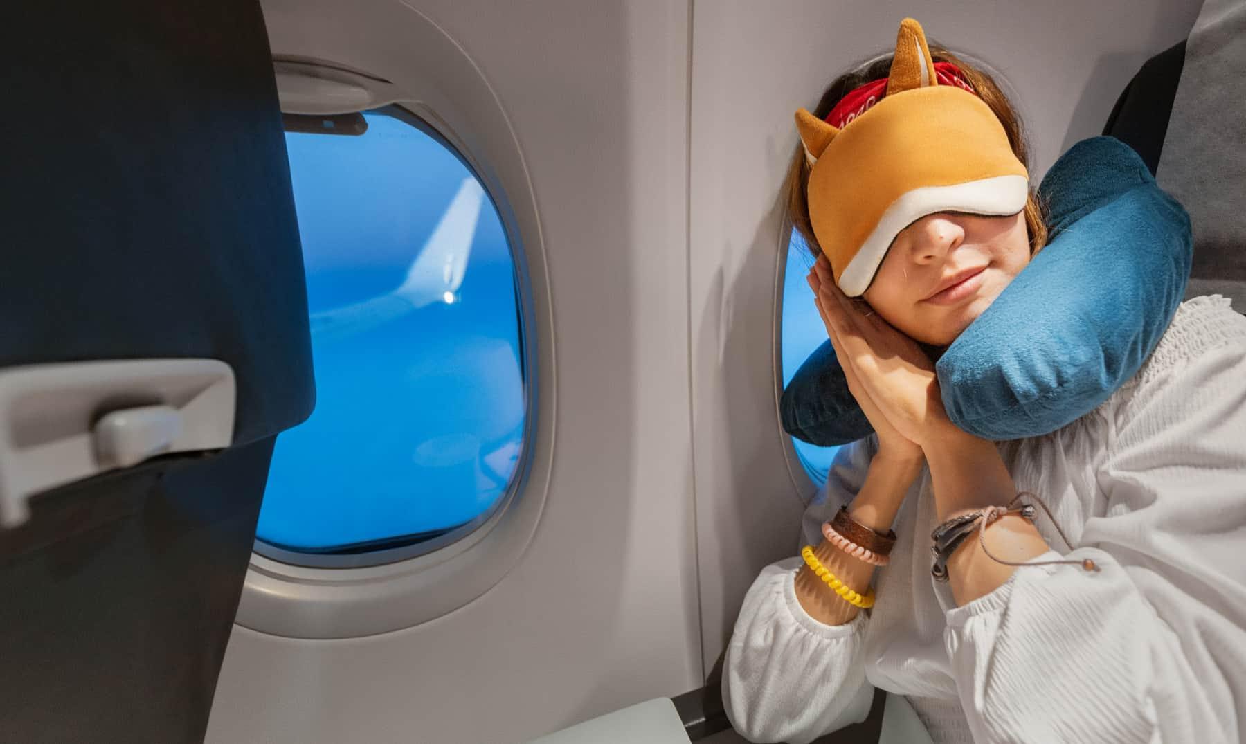 mujer durmiendo con cojín de viaje