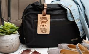 etiqueta de equipaje en una bolsa de viaje