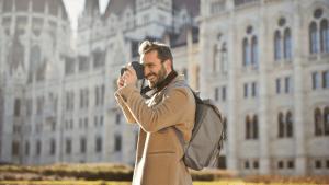 hombre con cámara y mochila para fotografía