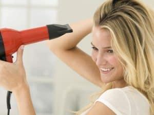 mujer usando un secador