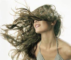 mujer con el pelo al aire