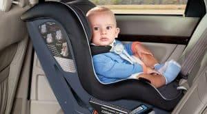 bebé en una silla de coche para bebé compacta