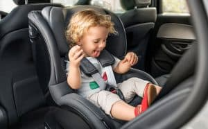 niño en una silla de coche para bebé