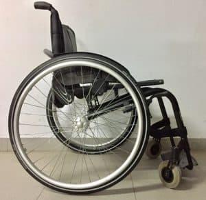 silla de ruedas con ruedas grandes