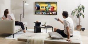 personas viendo el televisor 4k