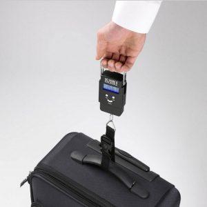 pesar una maleta con báscula de mano
