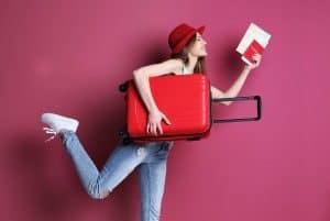 mujer con equipaje de cabina rojo