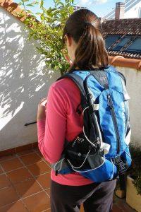 chica con una mochila de senderismo