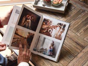 personas viendo un álbum de fotos