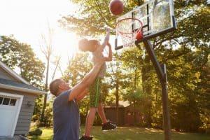 familia jugando al baloncesto