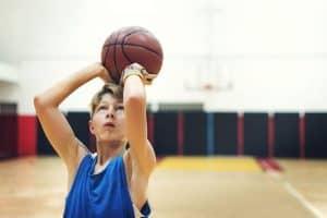 niños con un balón de baloncesto