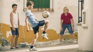 niños jugando con un balón de fútbol