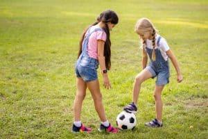 niñas jugando con un balón de fútbol