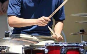 persona tocando la batería