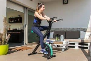 mujer en una bicicleta estática