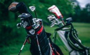 varias bolsas de palos de golf