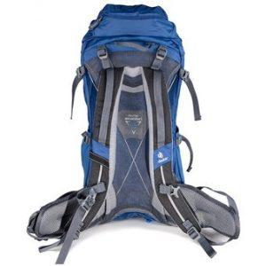 sujeción de una mochila de senderismo