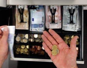 dinero dentro de una caja registradora
