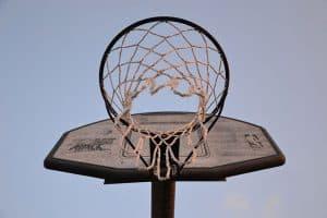canasta de baloncesto desde abajo