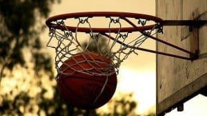 canasta de baloncesto en la calle