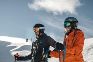 pareja con cascos de esquí